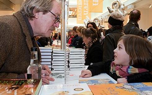Midas Dekkers signeert een boek op het Feest der Letteren in 2010